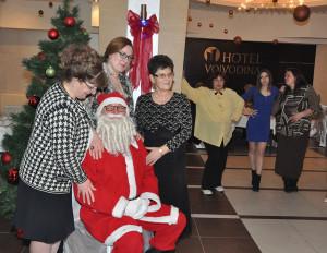 glumac jovica jasin kao deda mraz sa zrenjaninkama u hotelu vojvodina