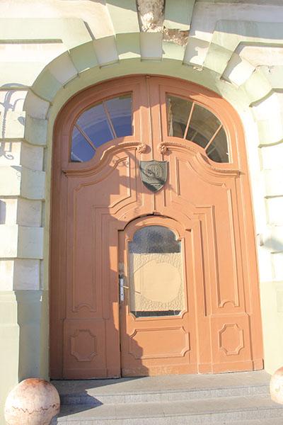 razbijeno-staklo-na-vratima-gradske-kuce1