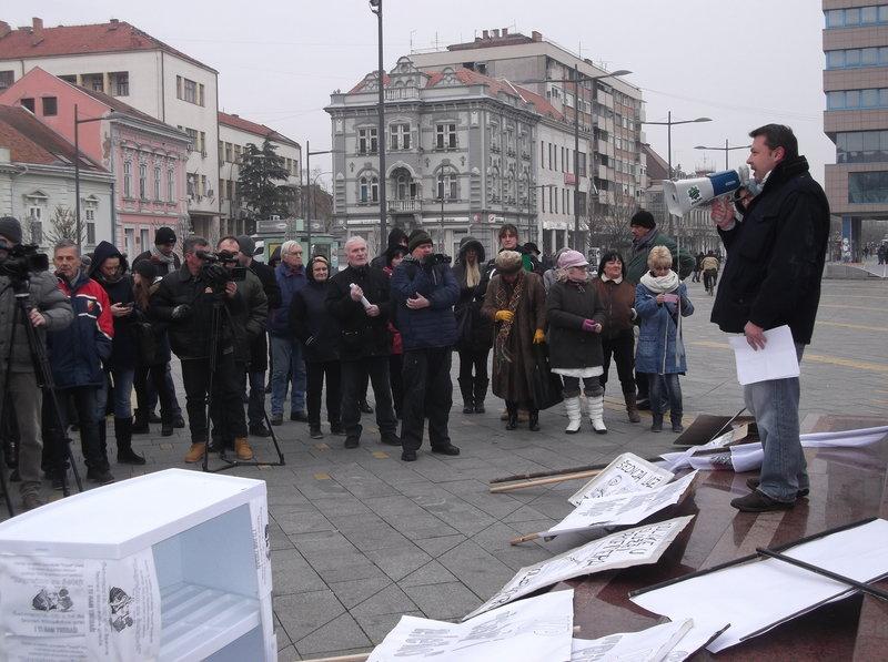 rsz_grejanje_-_sa_jednog_od_protestnih_okupljanja