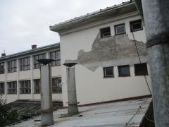 Krilo zgrade OS Jovan Cvijic na kom je ostecen limeni krov