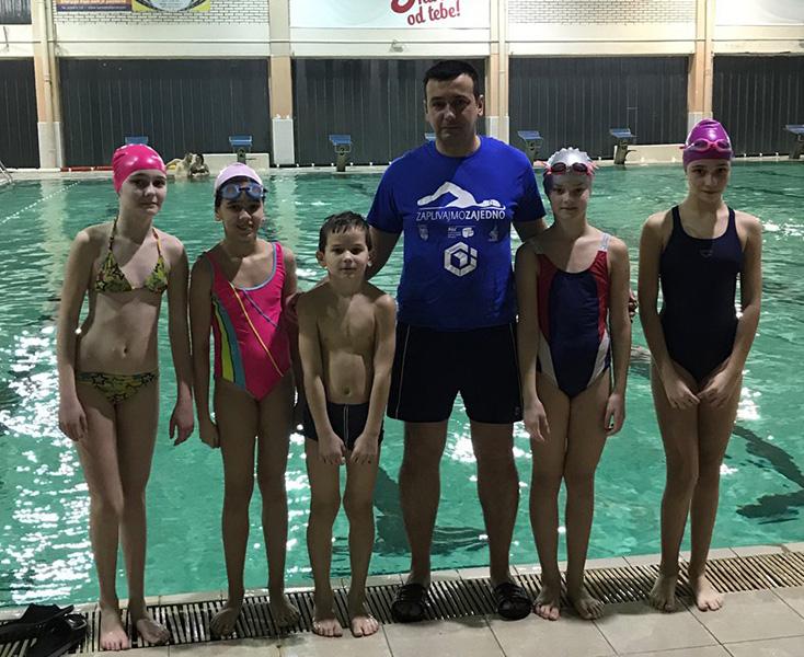 1 neskovski sa decom na besplatnom plivanju