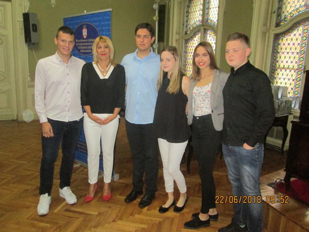Nacelnica SBO Snezana Vucurevic sa grupom nagradjenih ucenika