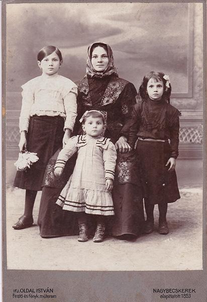 11 - 1 А Milica Milanov sa kcerkama1915