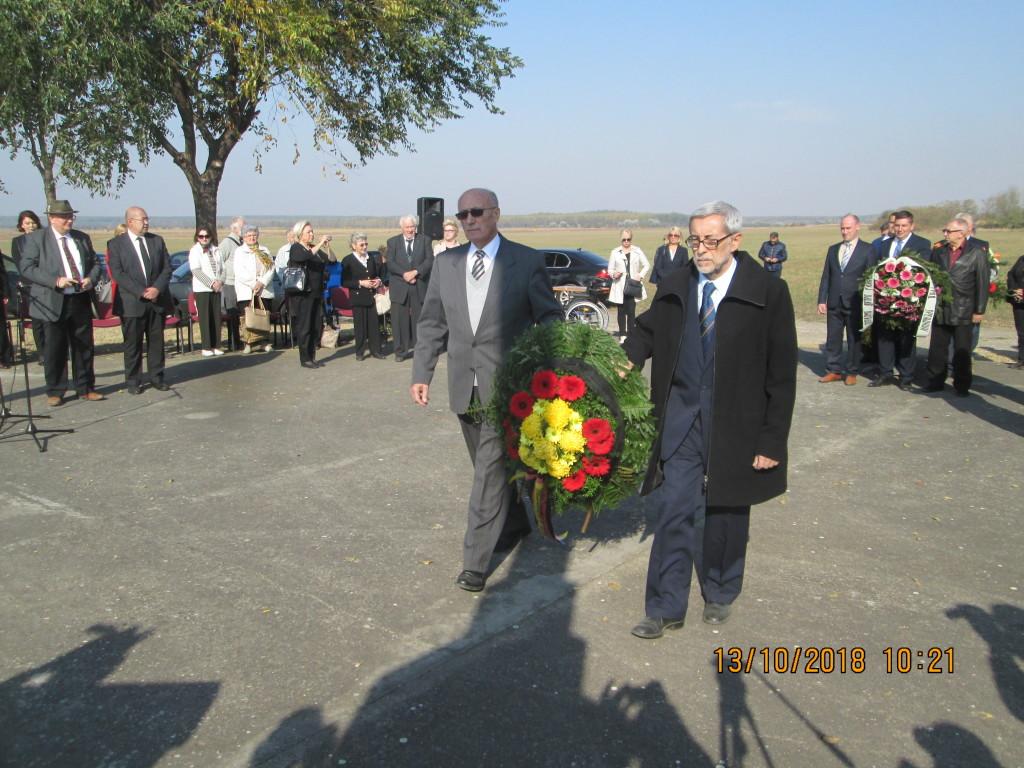 Knicanin delegacija grada Zrenjanina polaze venac na spoen obeoezjeu Teleckoj