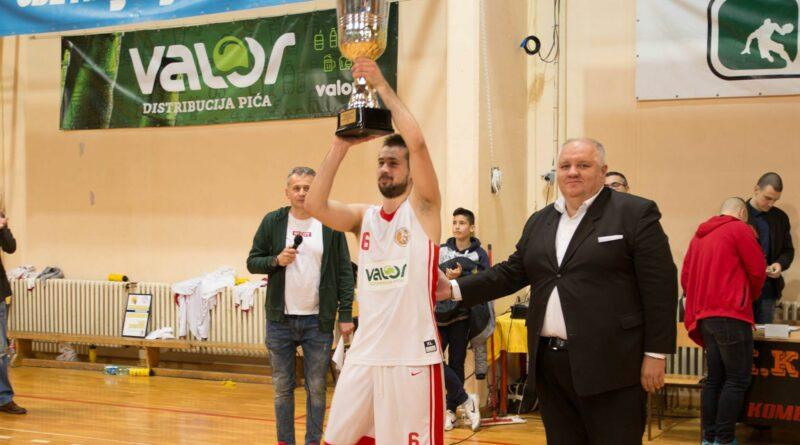 39 - 1 KOSARКA SVETI DJORDJE Darko karan je urucio trofej lige kapitenu Borisu Krstanovicu