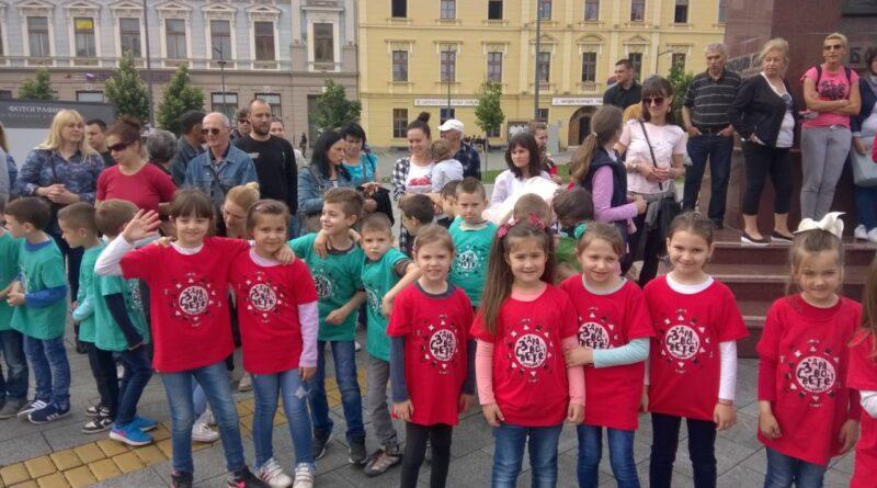 PLES PREDŠKOLACA NA TRGU SLOBODE: Ulepšali centar u crvenim i zelenim majicama