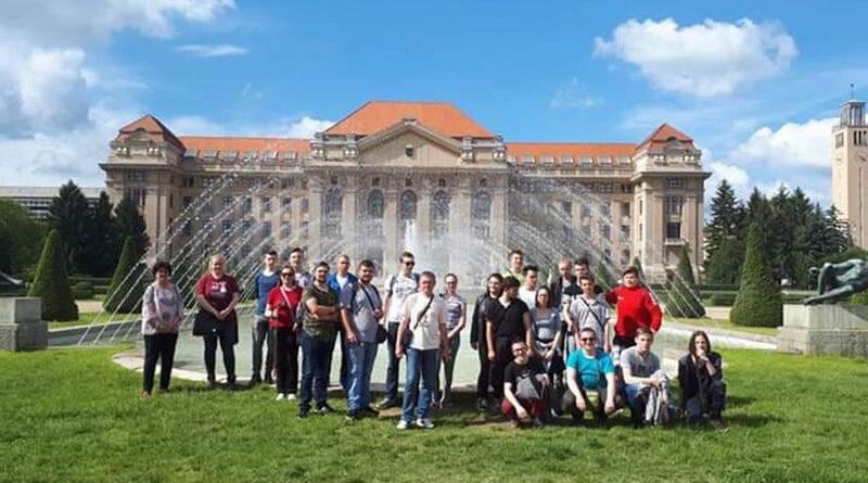 A Nagybecskereki Nikola Tesla Villamossági és Építészeti Középiskola tanulói és tanárai