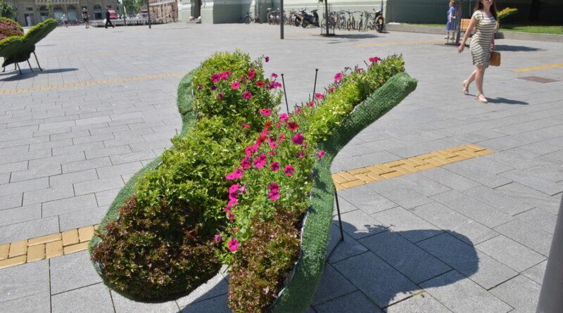NOVA DEKORACIJA CENTRA GRADA: Šareni cvetni leptiri