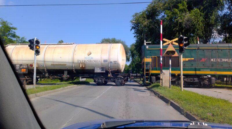 VOZAČI, OPREZNO VOZITE: Rampa podignuta, a voz prolazi!