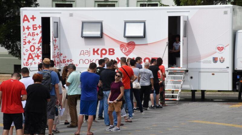TRANSFUZIOMOBIL NA TRGU SLOBODE: U akciji učestvuje veliki broj sugrađana