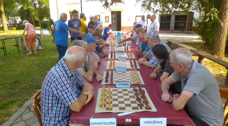 SPORTSKO NADMETANJE NA GRADNULICI: Penzioneri pokazali svoje veštine