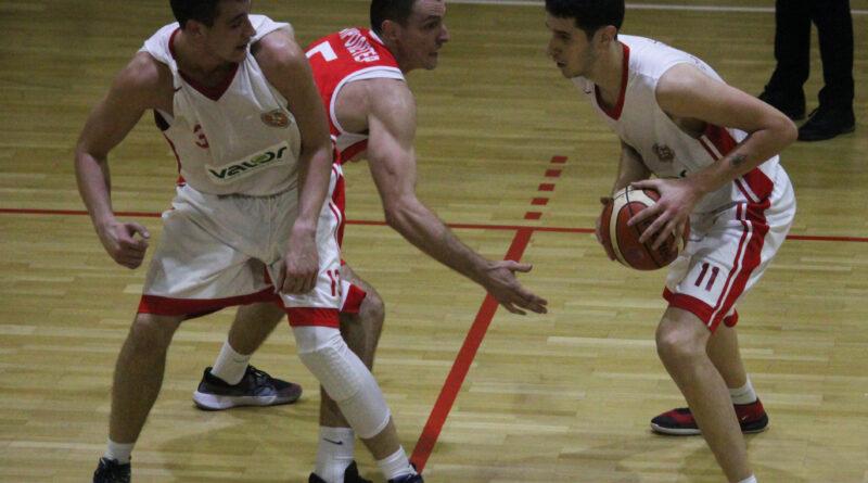Marko Tomic sa loptom, Vladimir Gombar u bloku i Petar Lambic u odbrani