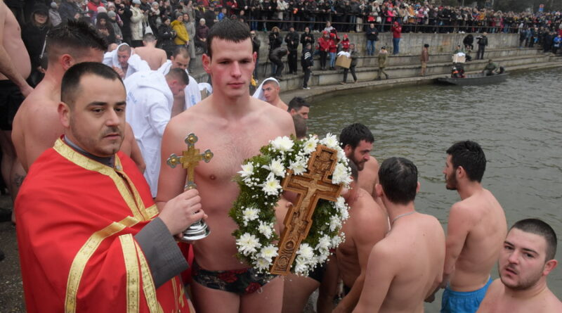 DVANAESTO BOGOJAVLJENSKO PLIVANJE: Časni krst u ruci Nemanje Marića