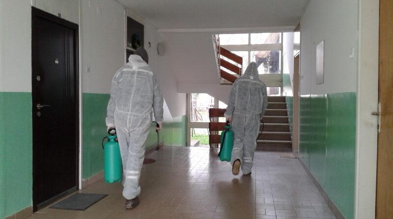 """JKP """"ČISTOĆA I ZELENILO"""": Dezinfekcija ulaza zgrada i bolnice"""