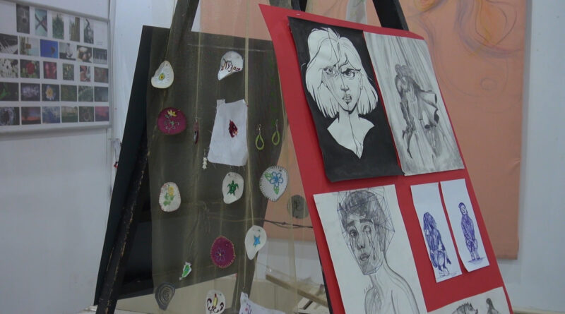 """IZLOŽBA UČENIKA SREDNJIH ŠKOLA U KULTURNOM CENTRU: """"Umetnost je lekovita"""""""