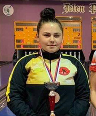 Mlada sportistkinja Renata Bodo levo