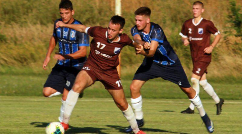 15 - 1 E Danilo Mirccetic izmedju dva igracca Jedinstva
