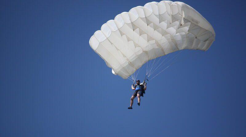 POČELO PRVENSTVO PADOBRANACA: Sa 1.000 metara sleteti tačno na cilj